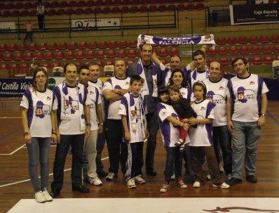 Miembros de la Peña con Epi tras un encuentro. Foto Peña Basket Morao
