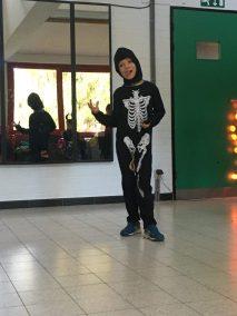 Enfant déguisé Halloween en squelette faisant du théâtre