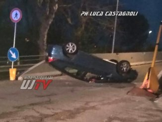 Auto si ribalta in via Firenze a Bastia, travolge semaforo, anziano ferito