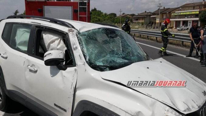 Incidente, tre veicolo si scontrano sulla 75 Centrale Umbra, donna ferita
