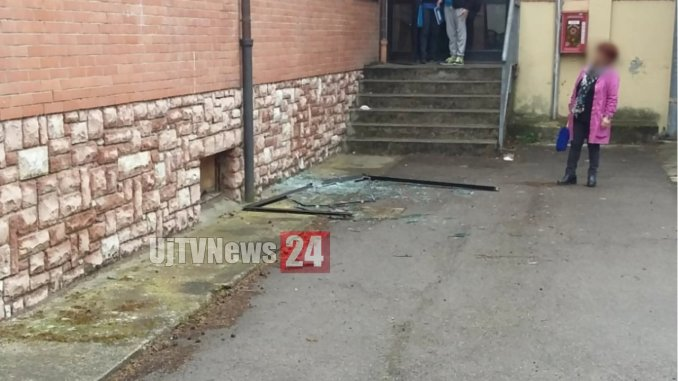 Crolla finestra a scuola, infissi a posto, allievi avrebbero scardinato anta