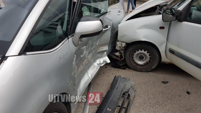 Schianto tra furgone e auto, nessun ferito, ma una donna che assiste si sente male