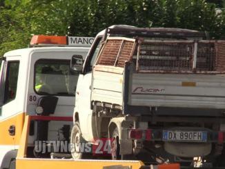 Autocarro che trasporta legna si ribalta sulla 75 Centrale Umbria