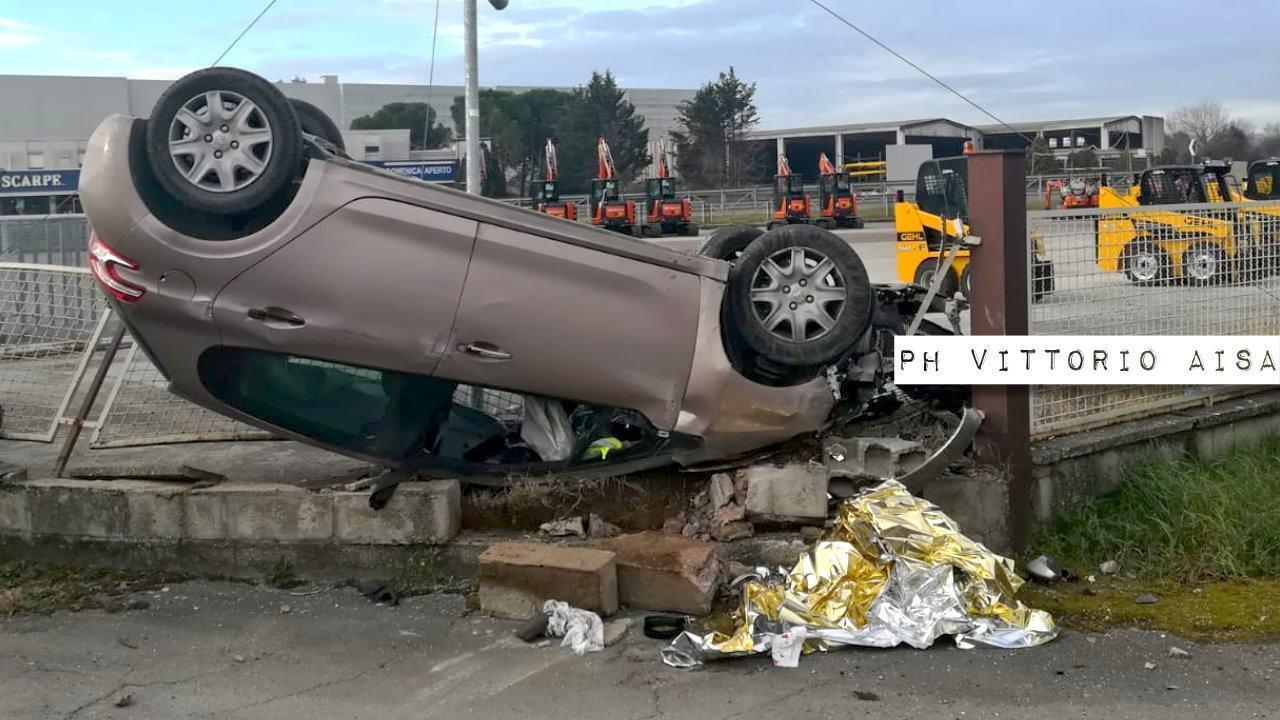 Donna ferita in incidente stradale a Ospedalicchio, scontro tra due auto 🔴