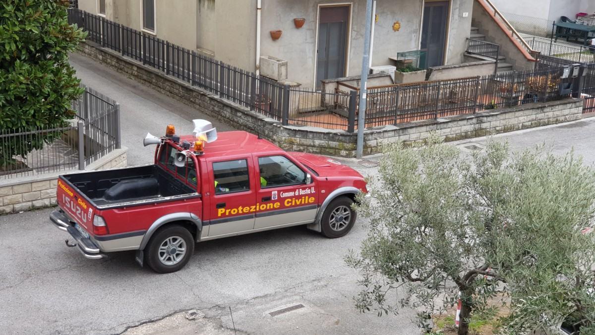 Restate a casa, il messaggio del sindaco Lungarotti alla città con il megafono 🔴
