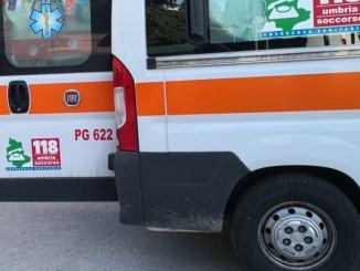 Incidente spettacolare a Costano, 4 auto coinvolte, una si ribalta, più feriti