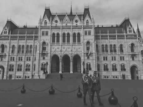 Het Hongaarse Parlement met twee ceremoniële bewakers.