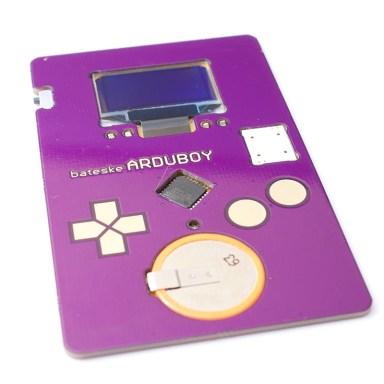 Kévin Bates crée l'Arduboy : une carte de visite avec jeu vidéo intégré.