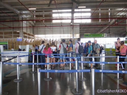 Seymour空港、入島カウンターへと並ぶ冽