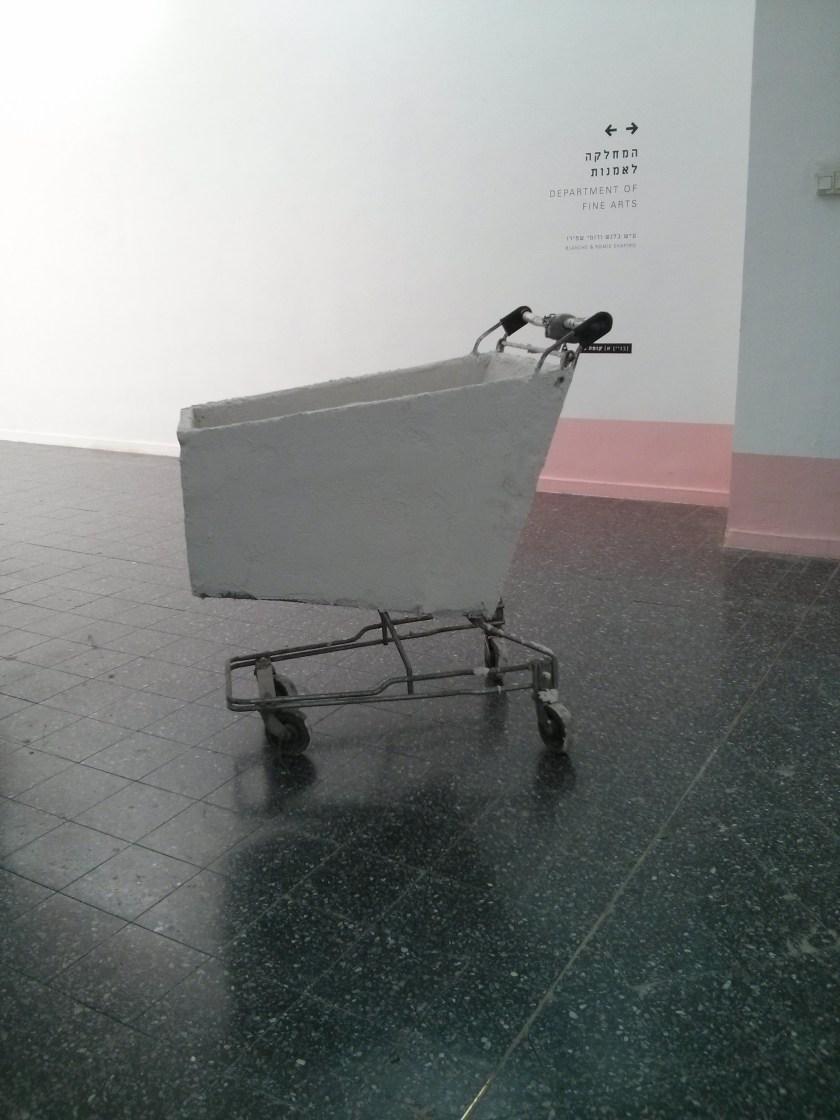 היפוך לחלל הסטרילי של הגלריה, עצירה בדרך למרפסת.