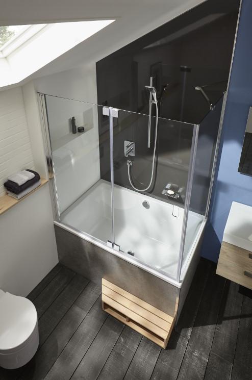 une baignoire dans une petite salle de bain