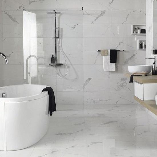 du carrelage dans la salle de bain