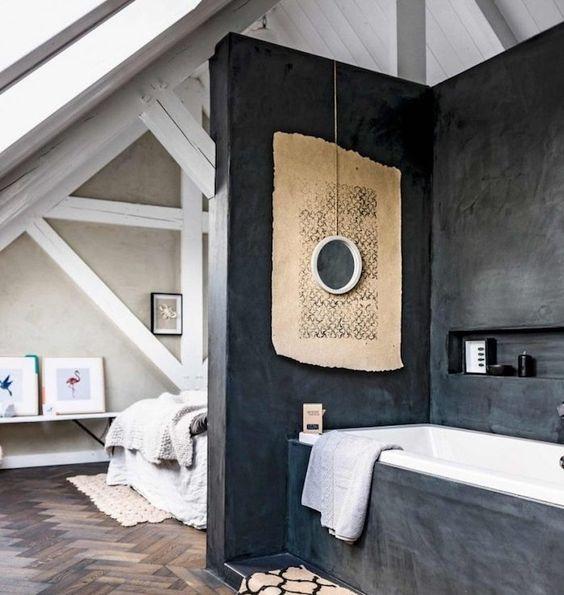 meuble de salle de bain sous une mansarde