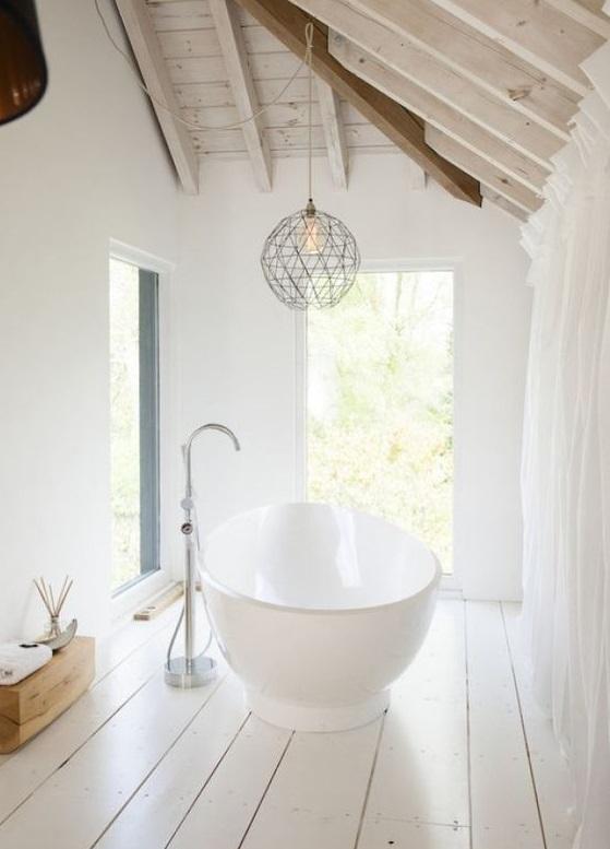 salle de bain sur un plancher en bois