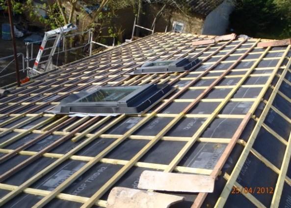 Pose de pare pluie sur toit pour la pose de tuiles canal par les Bâtisseurs d'Arcamont