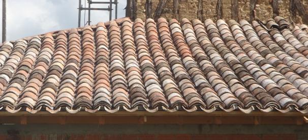 Les Bâtisseurs d'Arcamont utilisent des produits de récupération pour garder l'effet ancien dans la couverture des toits avec des tuiles canal