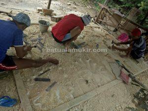 proses pengerjaan relief batu putih