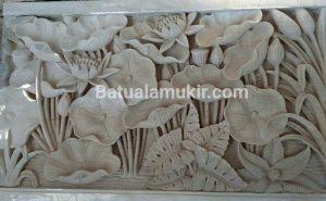 relief batu putih motif lotus atau bunga teratai