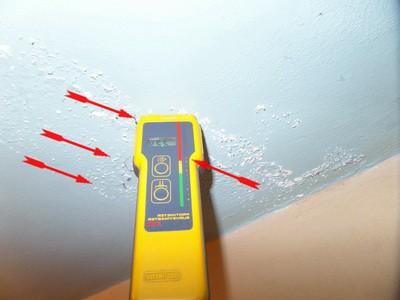 Ursache vom Feuchte in der Ecke oben ist meist ein unbemerkter Wasserschaden im Bereich des alten WC