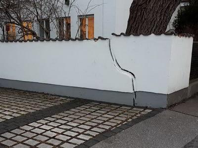 Versicherungsgutachter Schaden am Haus, Hauswand, Mauer durch PKW Versicherung