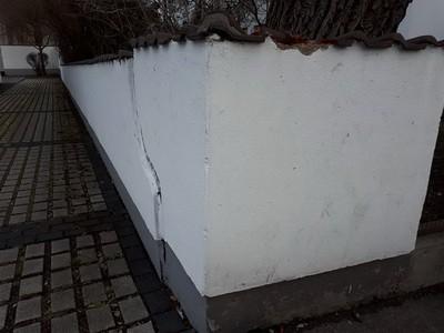 Schaden an einer Mauer durch Kraftfahrzeug
