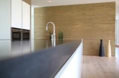 Lieferbar sind Bauteile wie Wandscheiben und Vorsatzplatten, aber auch Objekte wie Sitzbänke oder Tresen