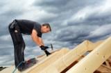 Dachstuhl bei der Errichtung auf einem Haus aus Hochlochziegeln