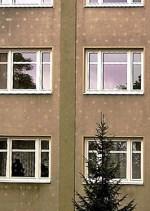 Kalte Dübel eines WDVS zeichnen sich auf einer Hausfassade ab