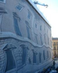 Gerüstplane mit verzerrten Motiven von Fenstern