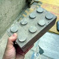 Mauerstein in der Form eines Legosteins