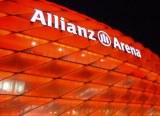 Rote illuminierte Fassade der Allianz Arena in München