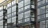 Nachträglich verglaste Balkone in einem Mehrfamilienhaus