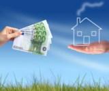 Geldscheine werden auf einer grünen Wiese an ein Haus übergeben