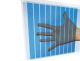 Hand sichtbar hinter einer semi-transparenten Solarzelle