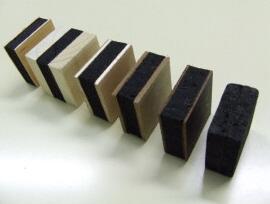Schwarze Materialproben für Dämmstoff aus Tannin