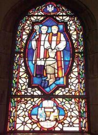Kirchenfenster mit Jungen der mit seinem Gesicht vor dem Hosenstall des Pfarrers kniet