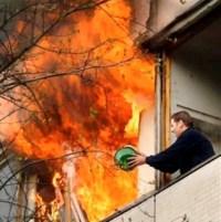 Mann löscht Brand in Nachbarwohnung mit kleinem Eimer aus dem Fenster