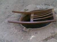 Gullideckel durch Rückenlehne von Stuhl ersetzt