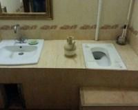 Toilette auf gleicher Höhe wie das Waschbecken