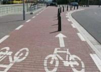 Markierung von Fahrradweg zeigt direkt auf Pfähle