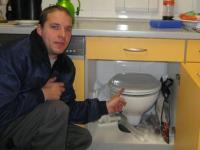 Klo in Küchenschrank