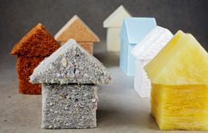 Kleine Häuser aus verschiedenen Dämmstoffen