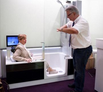 Altersgerechte Badewanne mit Hubeinrichtung