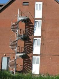 Feuerleiter Fluchtleiter neben den Fluchtfenstern angebracht