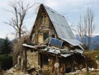 Haus Ruine mit Solarzelle