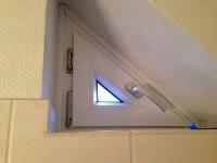 Dreieckiges Fenster mit sehr kleiner eckiger Scheibe