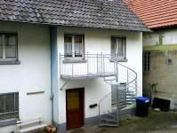 Treppe von Balkon unter Fenster