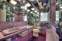 Spiegel an allen Wänden Schränken Decke im Badezimmer
