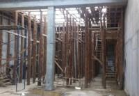 Baumstämme als Stützen für Betonschalung
