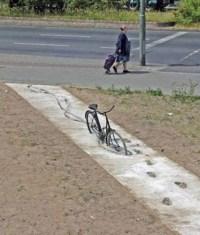 Fahrrad in frischem Beton auf Radweg gefangen